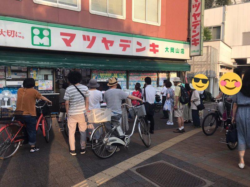 日本網友拍下群眾在電器行前圍觀奧運賽事的樣子,讓他驚呼簡直是「回到昭和年代」。圖擷取自twitter