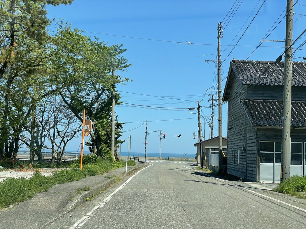 自長者溫泉悠遊館開車不到10分鐘,便可抵達日本海邊。 圖/作者Ting攝影提供