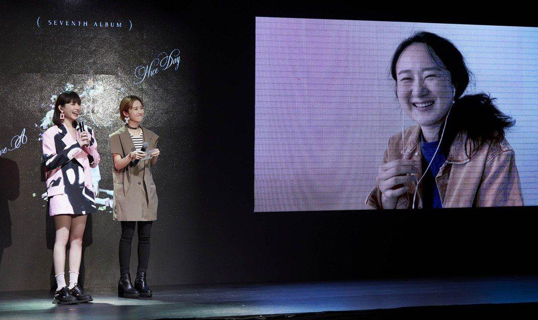 魏如萱(左)舉辦線上發片記者會,好友Lulu認愛後首現身力挺。圖/何樂音樂提供