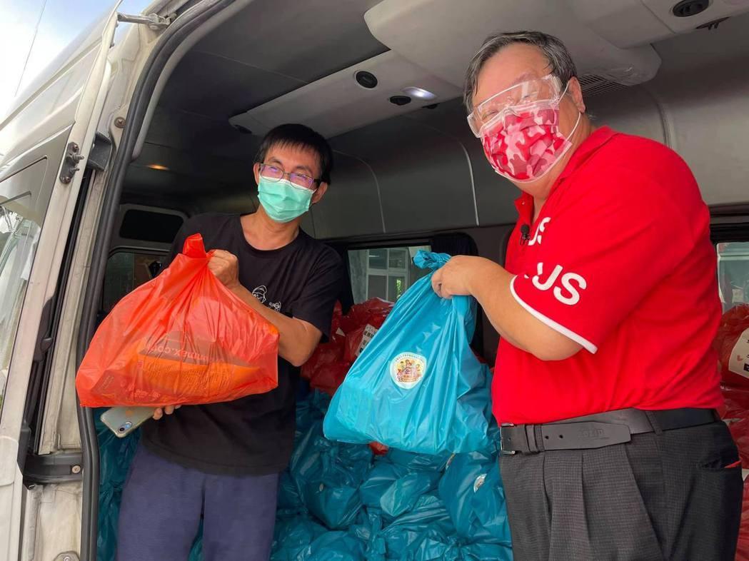 方荷生里長(右)和芒草心慈善協會理事長張獻忠,在疫情期間發送愛心物資包。 (圖片...