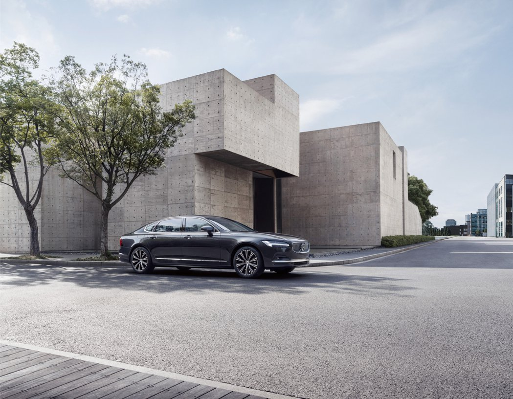 The New Volvo S90 以 SPA 平台勾勒出的典雅車身比例,與源自...