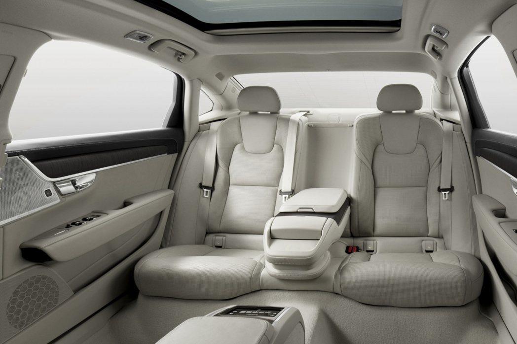 大器的軸距為後座腿部空間增加115mm,提供層峰商務人士有如頂級頭等艙的寬敞舒適...