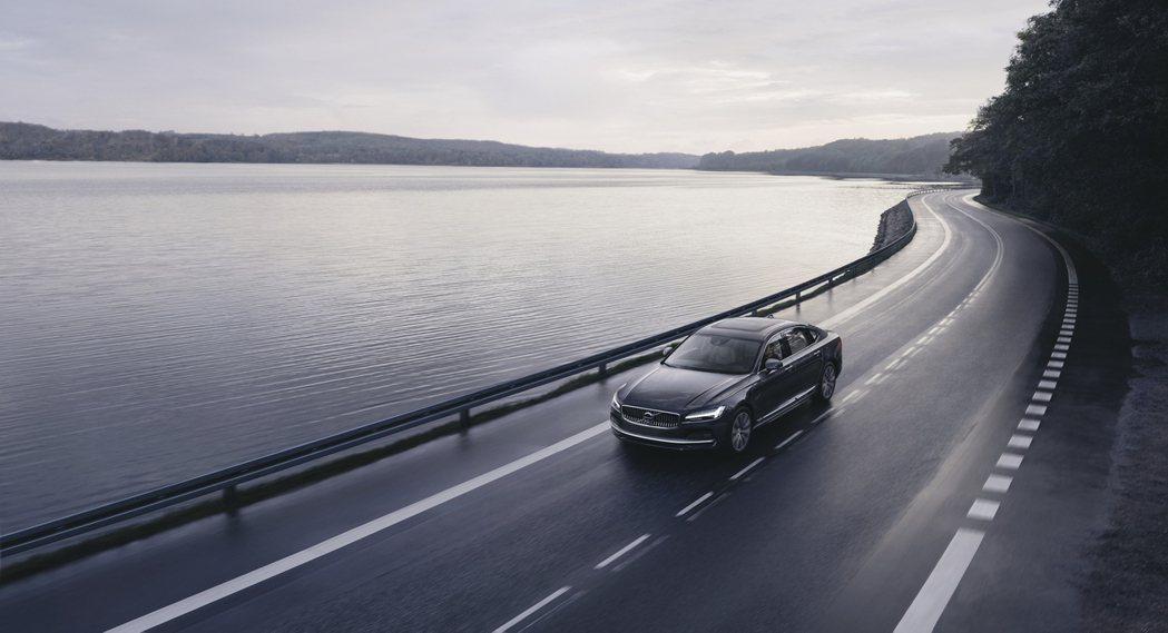 The New Volvo S90 共有兩款動力設定,因應品牌電動化策略,分別以...