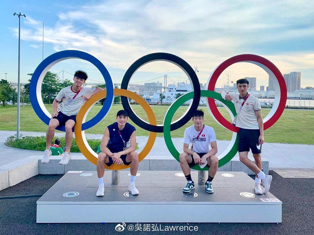 吳諾弘(左一)代表香港出戰東京奧運花劍團體賽。圖/擷自吳諾弘微博