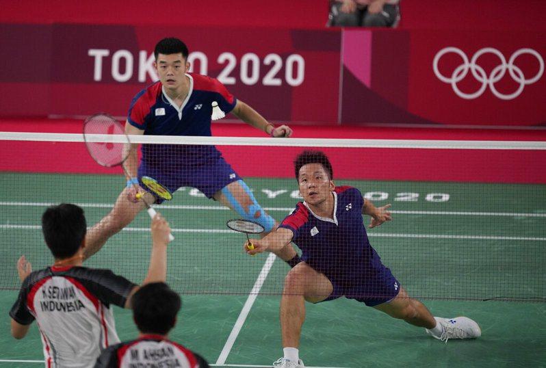 王齊麟(右)和李洋勇闖東京奧運男雙金牌戰。 美聯社