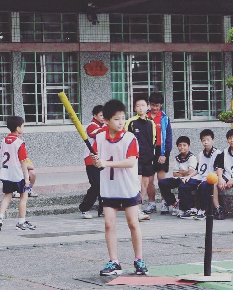 林昀儒的IG照片不多,其中有他童年打棒球的可愛模樣。圖/取自IG