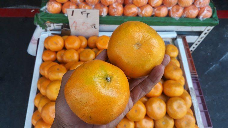 賣水果20年的水果店老闆說,以往10個顧客買水果,10個都會問水果甜不甜,果農當...