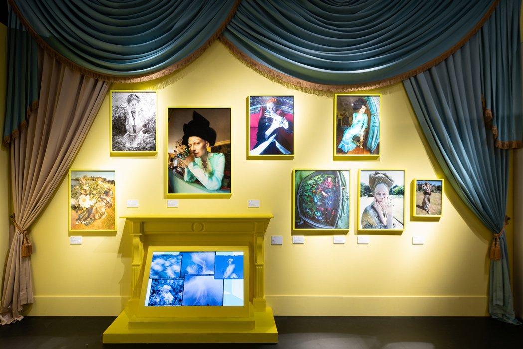 「何不做自己?」運用黃色牆面、水藍窗簾、巨大壁爐營造英式鄉村風格,女星蒂妲絲雲頓...