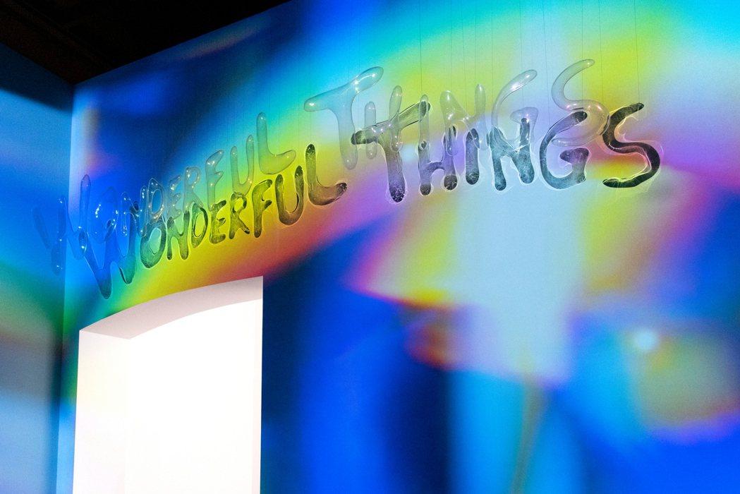 展覽入口以一道流動彩虹拉開序幕。 圖/奇美博物館提供