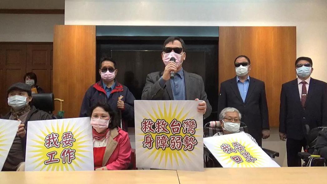 行動聯盟鄭龍水為身心障礙者爭取防疫紓困。社團法人台灣公益聯盟/提供