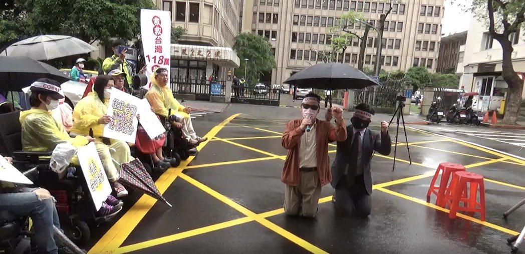 行動聯盟鄭龍水為身心障礙者爭取防疫紓困走上街頭。社團法人台灣公益聯盟/提供