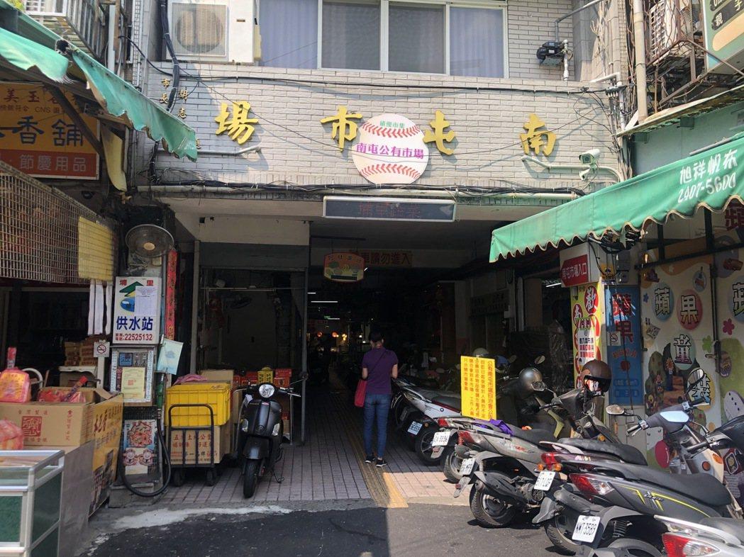 傳統菜市場是當地人日常採買點,也是防疫重要熱區。圖為公有市場入口。 南屯即時通/...