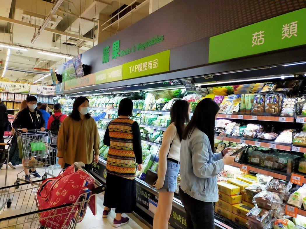 賣場生鮮蔬果區,民眾紛紛選購蔬果。 家樂福/提供