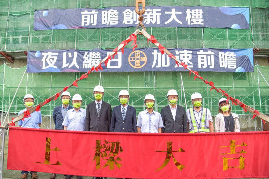 前鎮科技園區前瞻計畫第二座標準廠房舉行上樑典禮,包括新亞建設總經理朱台森(左三起...