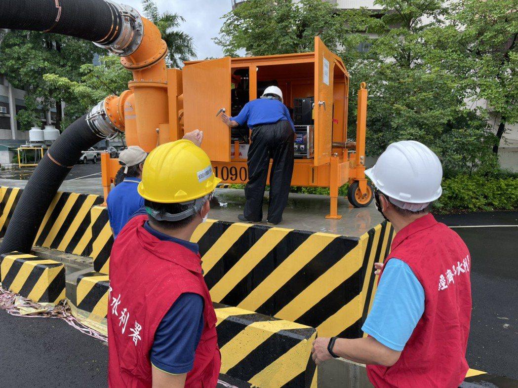 易致災地區預佈大型移動式抽水機。水利署六河局/提供