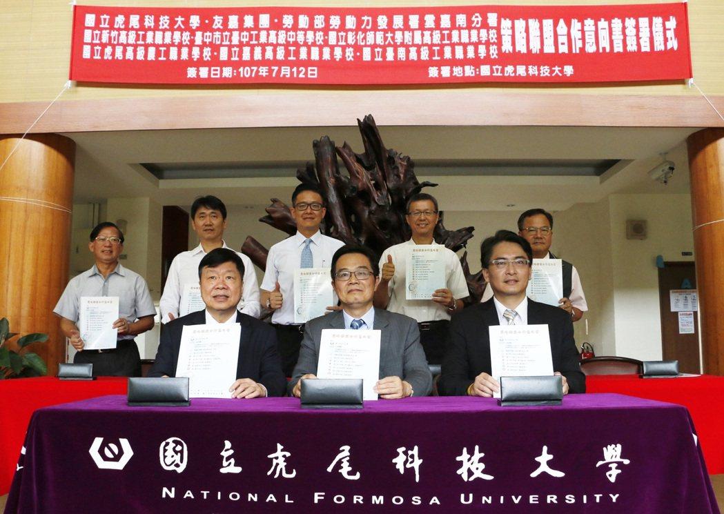 覺文郁任內績極爭取產業界、勞動部勞動力發展署及北中南高工簽訂策略聯盟,整合產官學...