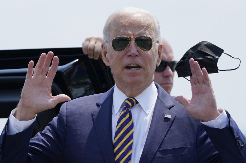 美國總統拜登預料將宣布文職聯邦政府員工必須接種疫苗,或是接受定期篩檢和其他防疫措施。 (美聯社)      AP-US-Biden-IMG-jpg Can Biden's efforts lead to more American factory jobs? President Joe Biden holds a mask as he responds to a question as he arrives at Lehigh Valley International Airport in Allentown, Pa., Wednesday, July 28, 2021. Biden is in the area to visit the Lehigh Valley operations facility for Mack Trucks and advocate for government investments and clean energy as ways to strengthen U.S. manufacturing. (AP Photo/Susan Walsh)