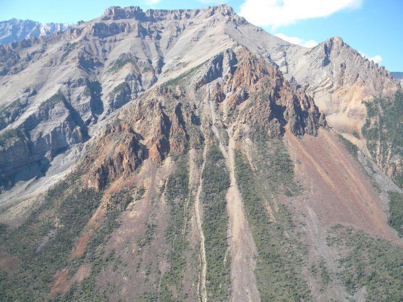 加拿大西北地區的山區發現距今近9億年前的深海海綿化石。圖擷自Reuters.com