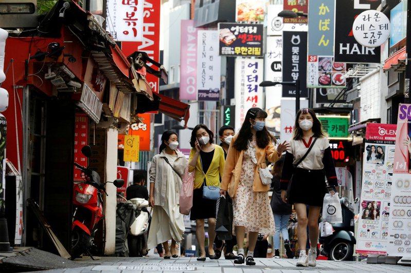 韓國中央防疫對策本部通報,29日共新增1710例,單日確診數居高不下,已連續24天破千例。 路透社