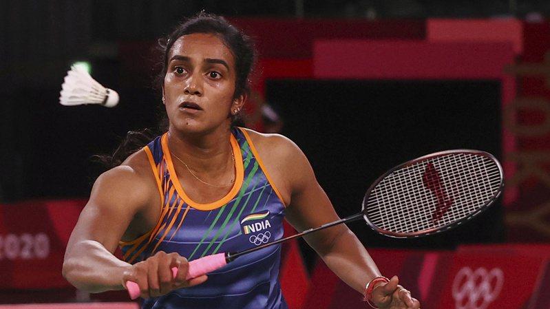 印度羽球名將辛德胡在東京奧運奪銅,受訪時提到四強戰中小戴的網前幸運球為比賽關鍵。 路透