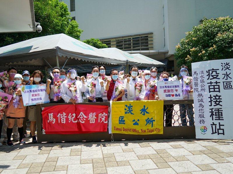 農委會農糧署委託國產台灣花店協會送來70束的花束,要給基層加油打氣。 圖/紅樹林有線電視提供