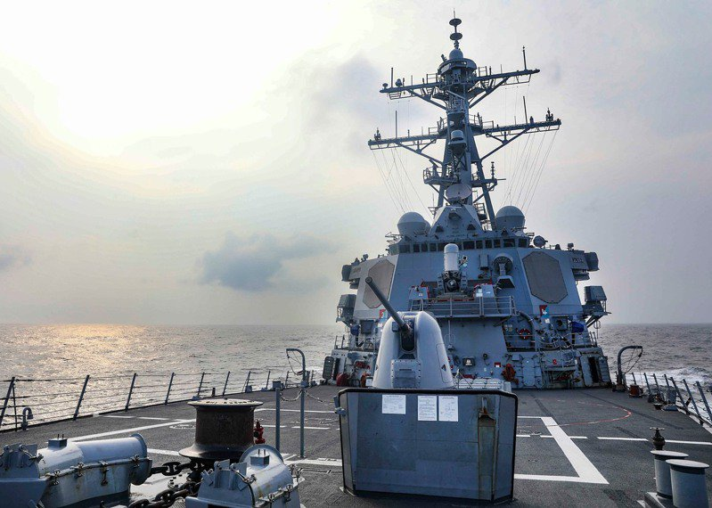 美軍第七艦隊廿八日以「第七艦隊驅逐艦過台灣海峽」為題在臉書貼文,勃克級神盾飛彈驅逐艦班福德號(USS Benfold,DDG 65)穿越台灣海峽,是美方維持印太地區自由開放的承諾。圖/美軍第七艦隊臉書粉專