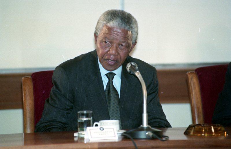 1993年7月30日,南非非洲民族議會(ANC)主席曼德拉(圖)抵台訪問,在中正機場舉行的記者會。圖/聯合報系資料照片