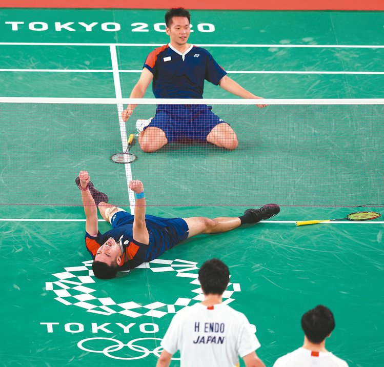 王齊麟(下)與李洋(上)合力闖四強,成為台灣史上首次晉級奧運四強的羽球組合。特派...
