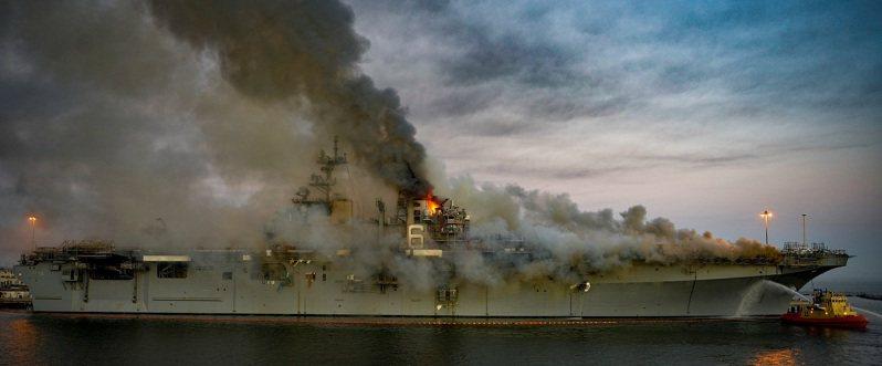 美國海軍兩棲攻擊艦「好人理查號」2020年7月停泊於加州聖地牙哥港時失火,美國海軍29日宣布,將對涉嫌縱火的水兵提出刑事指控。路透/U.S. Navy