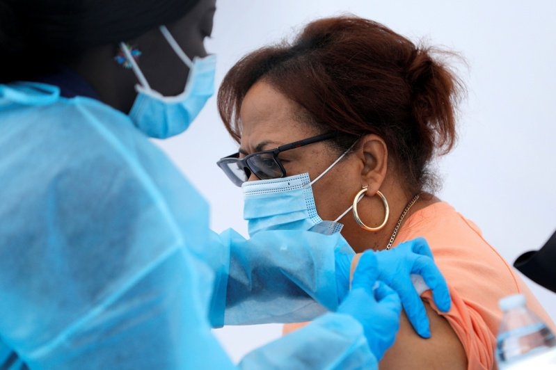 接種疫苗的人可能很大程度上也參與了Delta變種病毒的傳播。路透