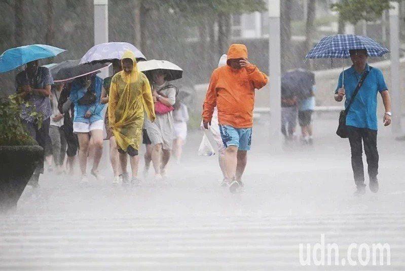 明天起西南氣流影響台灣,可能帶來豪雨等級以上降雨。本報資料照片