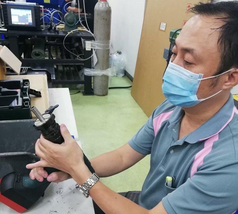 46歲的王慶堯曾擔任過職業軍人、螺絲產線人員及保險業務員,收入不穩定,參加勞動部產訓合作考取「自動銲接證照」。圖/雲嘉南分署提供