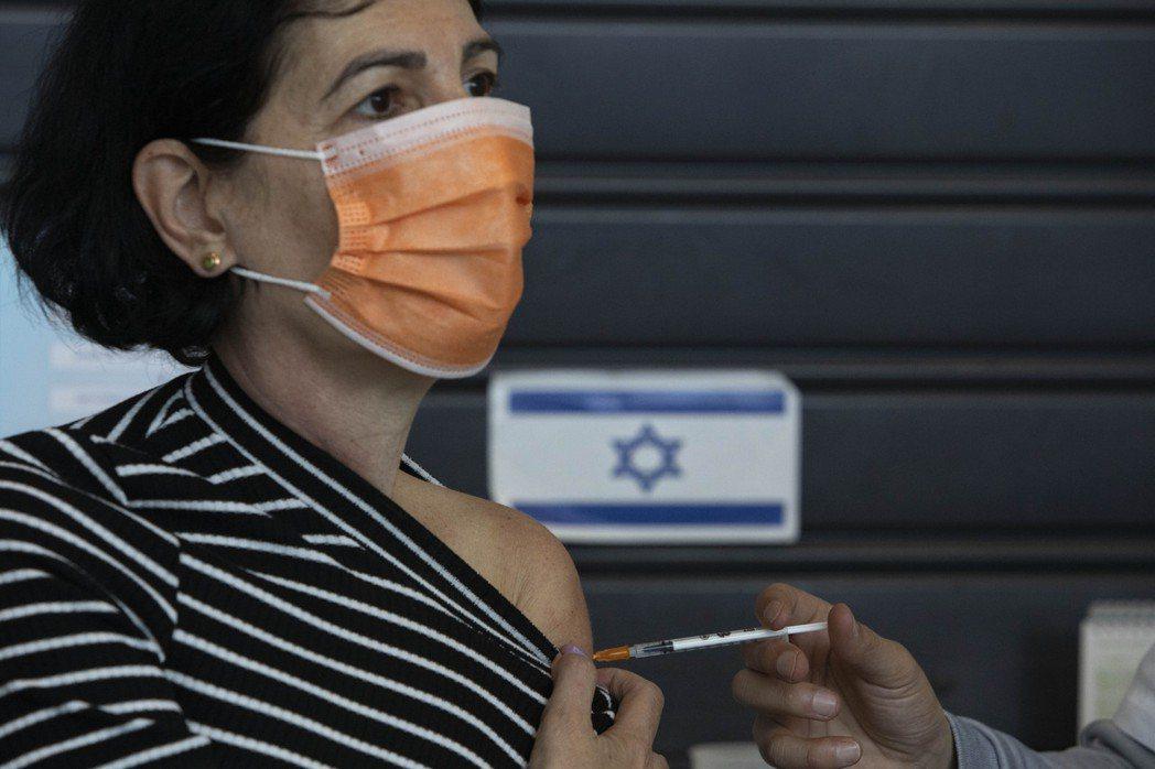 以色列決定提供60歲以上族群追加施打第3劑輝瑞疫苗。美聯社