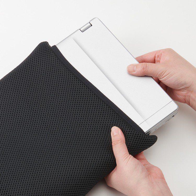 MUJI無印良品聚酯纖維網眼筆記型電腦包(13吋用)/320元。圖/MUJI無印...