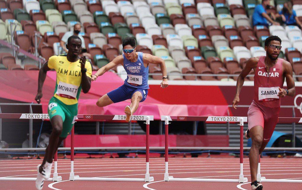 陳傑(左二)在男子400公尺跨欄預賽出局,無緣晉級。特派記者余承翰/攝影