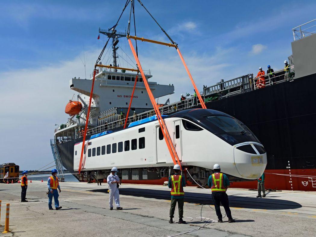 台鐵共計購買50列EMU3000列車,其中三列估計在年底完成測試上線,明年春節疏...