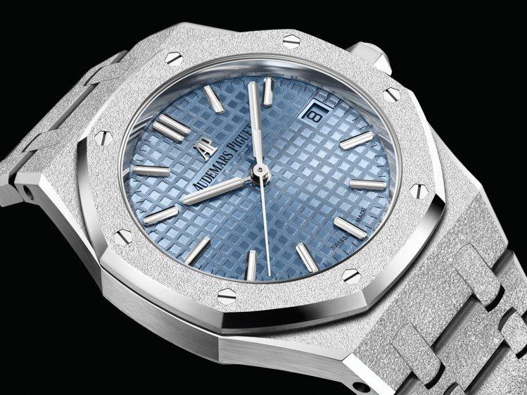 愛彼推出全新34毫米18K白金霜金工藝自動腕表,並搭配少見的淺藍色Grande ...