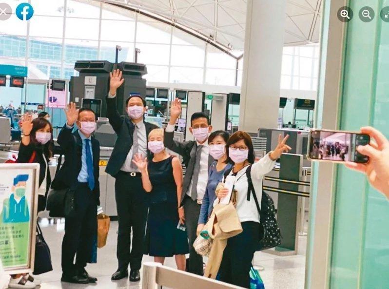 6月我駐港辦事處代理處長林振宙(左三)等七名駐港人員離港返台。圖/陸委會提供