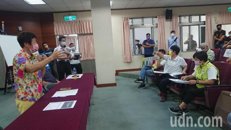 田尾鄉民代表許淑美質疑縣議員劉淑芳(左)對怡心園工程沒說實話。記者簡慧珍/攝影