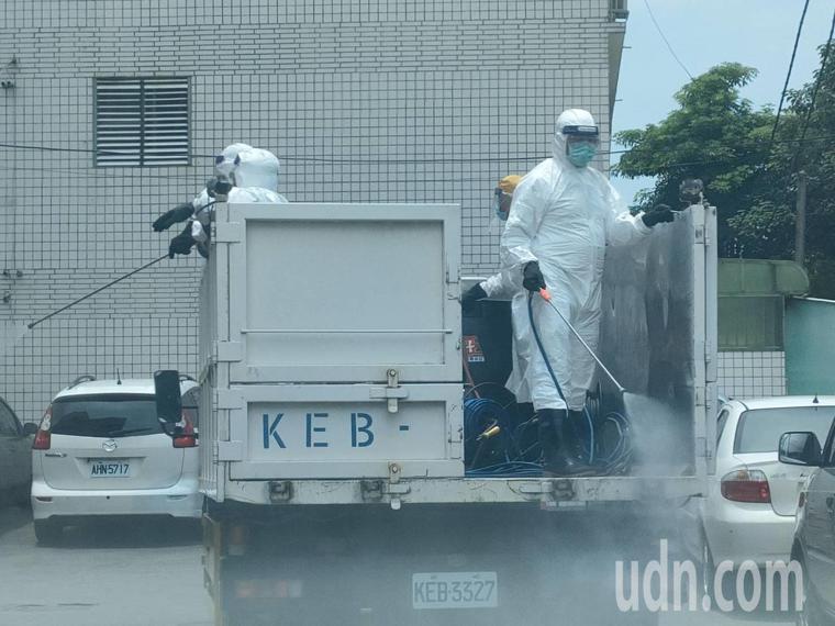 防疫降級才4天,疫情平穩的嘉義縣今天驚傳水上鄉某工廠群聚染疫事件,清潔隊員在周邊...