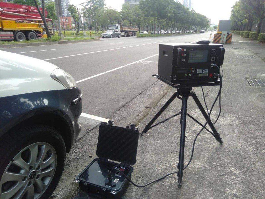為避免超速及危險駕駛,南港警方針對轄內違規及易肇事熱點,如忠孝東路、市民大道及環...