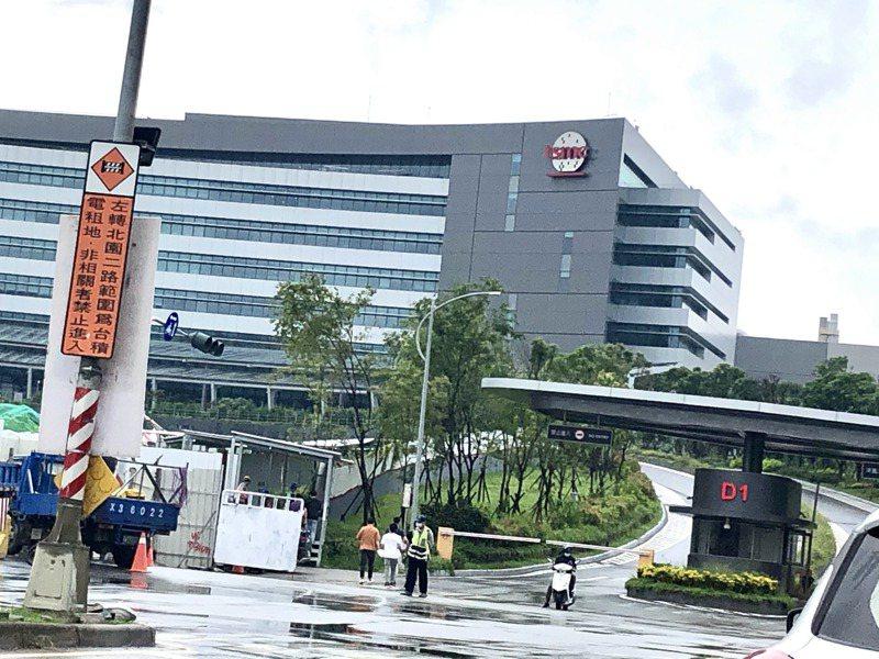 台積南科18a廠傳製程出意外,廠區仍維持正常出入、進出人員三緘其口。記者周宗禎/攝影