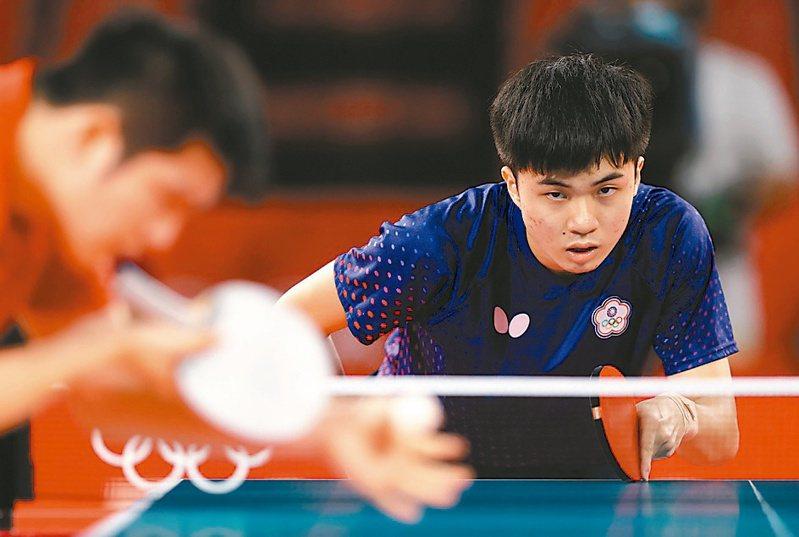 林昀儒在東奧男單4強賽對決「世界球王」大陸選手樊振東。圖/聯合報系資料照片