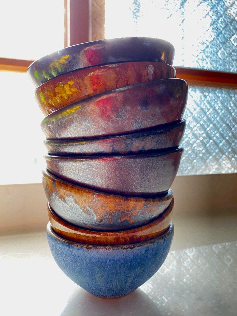 欣賞飯碗造形顏色也是用餐樂趣。圖/朱慧芳提供