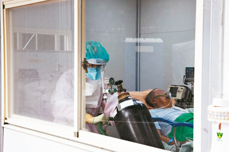 長者感染新冠肺炎容易發生重症,也有更高機率使用氧氣治療。 記者季相儒/攝影