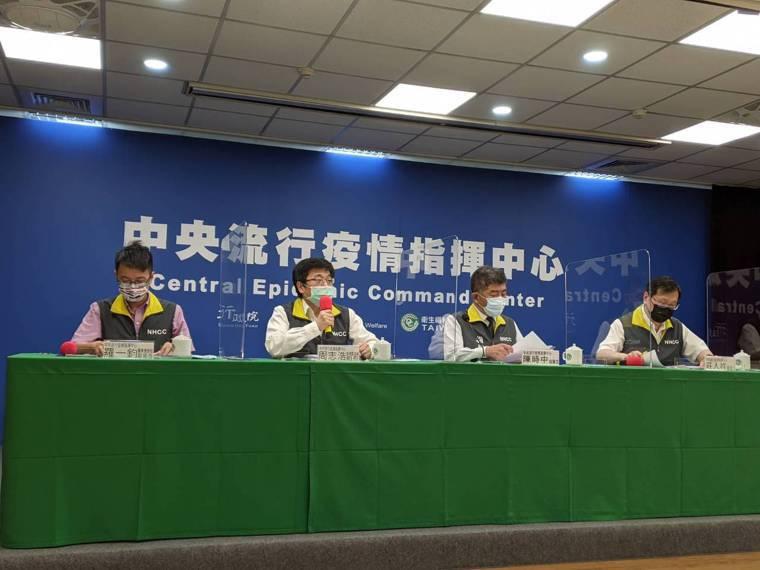 指揮官陳時中(右二)表示,若家中有居家檢疫或隔離者,當然不能來學校,但自主健康管...
