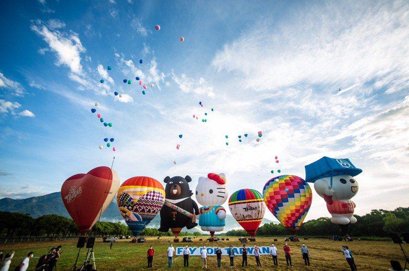 今年3台東熱氣球嘉年華活動沒有國外球加入,但有國內11顆球參加,其中HELLO KITTY球、彩虹球及曙光球首次亮相。圖/台東縣政府提供