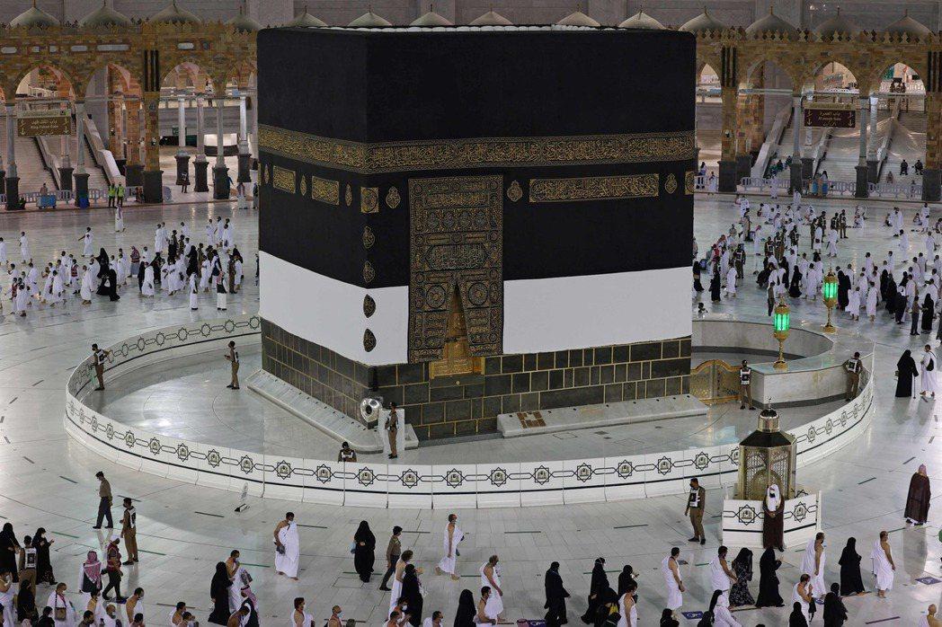 穆斯林朝聖者17日圍繞在沙烏地阿拉伯聖城麥加的天房附近。法新社