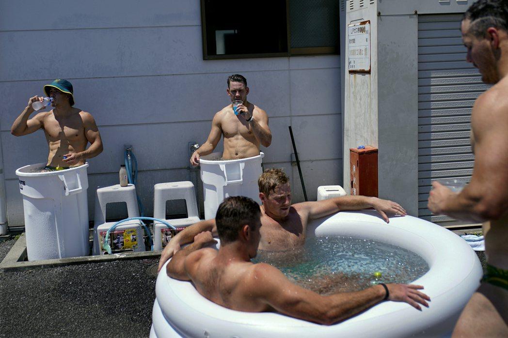 澳洲橄欖球選手23日結束練習後泡冰水浴消暑。(美聯社)