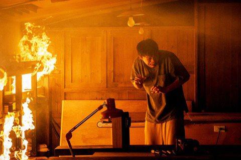 東森、映畫聯合製作大戲「神之鄉」持續熱播,劇中黃鐙輝感到情緒低落,不慎在睡夢中失手打翻酒精燈,引發火災。劇組當初搭景時,從木工、防火建材、火戲特效、防護設備等一切措施都不馬虎,光這場火戲就「燒」掉近...